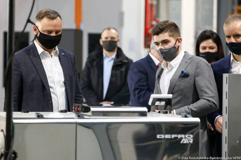 Prezydent Andrzej Duda odwiedził we wtorek spółkę Defro w Rudzie Strawczyńskiej w powiecie kieleckim. – Firma, w której dziś jesteśmy, jest największym