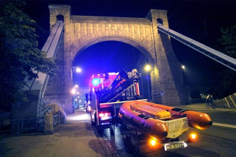 Kobieta skoczyła do Odry z mostu Grunwaldzkiego. Na ratunek wezwano strażaków