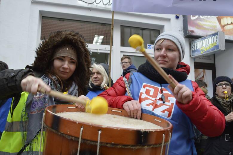 Około setka osób  protestowała dziś od 11.00 w centrum Gorzowa przed biurem minister Elżbiety Rafalskiej. Zgromadzenie zorganizowały związki zawodowe