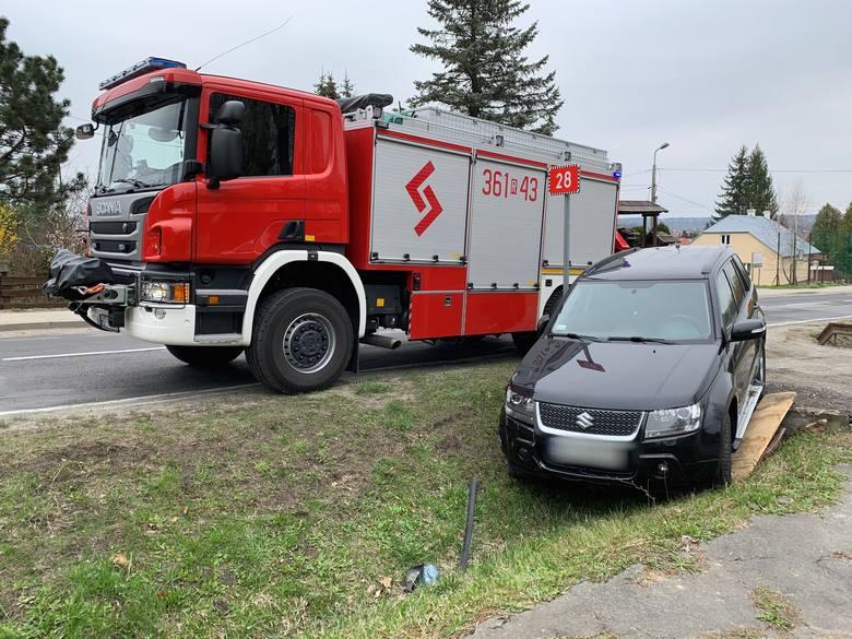 Do zderzenia suzuki z golfem doszło w czwartek przed godz. 12 na drodze krajowej nr 28 w Dybawce w powiecie przemyskim. Załoga pogotowia ratunkowego