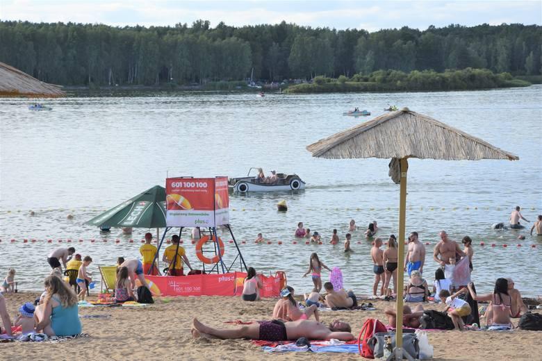 Znany kurort nad Zalewem Koronowskim cieszy się w tym sezonie szczególnym powodzeniem.I nie chodzi tylko o plażę, którą ratownicy strzegą od godz. 10
