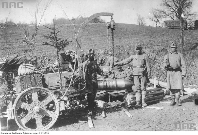 Artylerzyści austro-węgierscy przy jaszczach, między 1914 a 1918.
