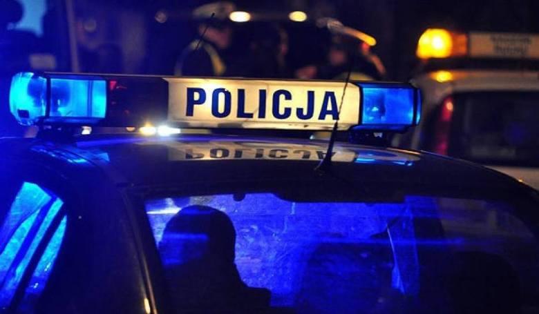 Policja przed pubem w Kartuzach. Obecni na miejscu tłumaczyli, że to spotkanie partii Strajk Przedsiębiorców