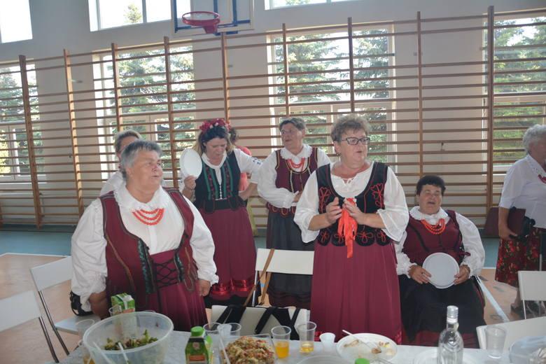 Koła Gospodyń Wiejskich z gminy przygotowały dla gości smaczny poczęstunek.