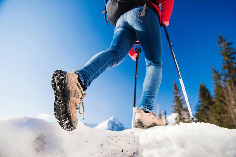 Dżinsy, niskie buty i krótka kurtka nie nadają się na zimową, górską wycieczkę.