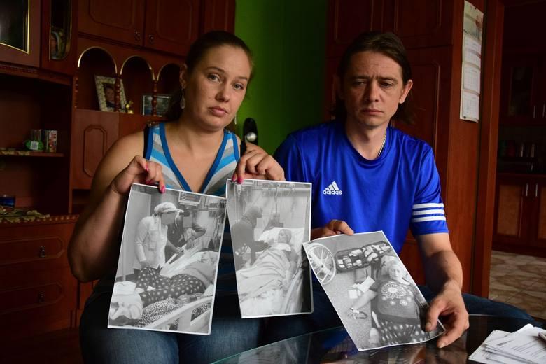 Pani Karolina i jej mąż Dariusz prezentują zdjęcia pani Alicji, które otrzymali z Kairu