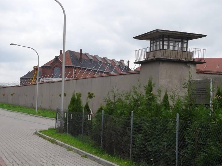 W więzieniu we Wronkach osadzano nie tylko więźniów skazanych za przestępstwa kryminalne, ale również skazanych za działalność polityczną i antyrządową.