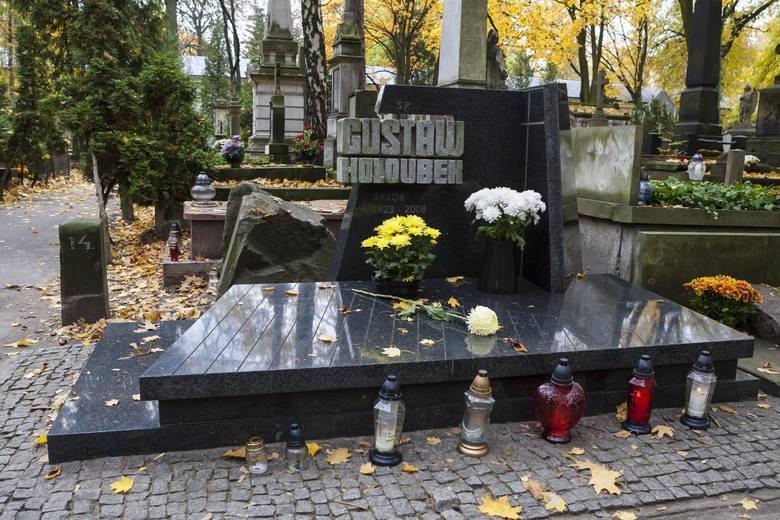 Groby znanych osób na Powązkach. Powązki to jeden z najsłynniejszych cmentarzy. W jego alejkach spoczywa wielu wybitnych Polaków - poetów, pisarzy, muzyków