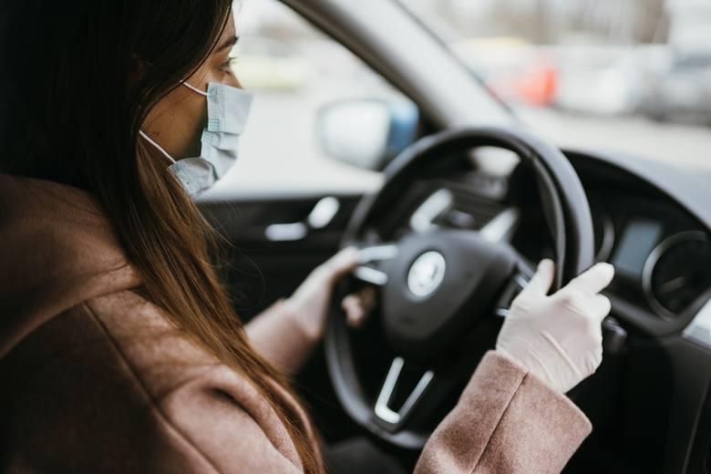Maseczka w samochodzie - nowe przepisy. Kto i kiedy musi ją zakładać?