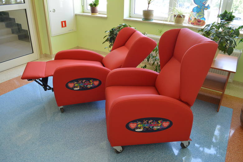 Oddział pediatryczny w Słupsku otrzymał od WOŚP dwa wygodne fotele-leżanki, aby rodzicom było wygodniej, gdy spędzają noc przy chorym maleństwie.