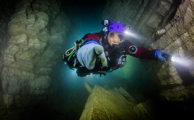 Najpierw była miłość do jaskiń. Nurkowanie to jej naturalna konsekwencja - nie można porządnie badać jaskiń, nie zanurzając się w ich wodach.