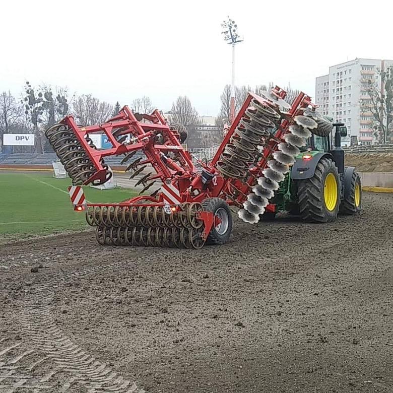 Na stadionie przy ul. Sportowej 2 trwają prace rozbiórkowe parku maszyn oraz trybuny przeciwległej do prostej startowej (to pierwszy etap budowy nowego