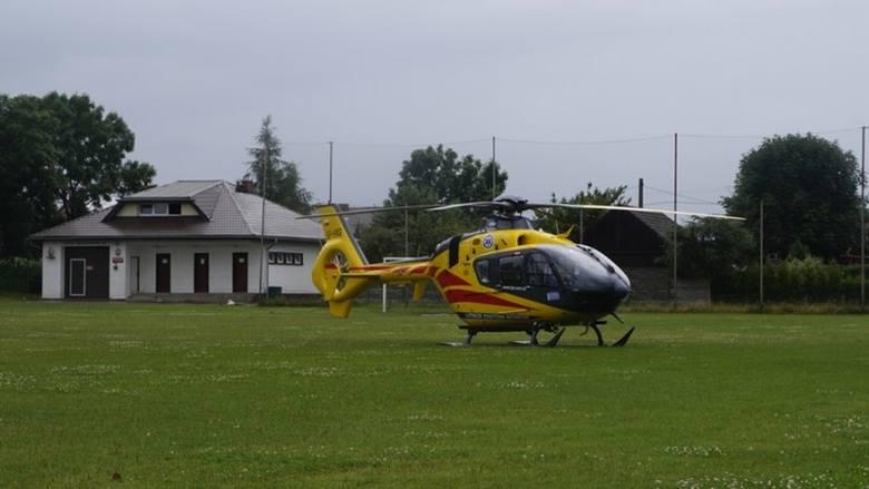 Śmigłowiec Lotniczego Pogotowia Ratunkowego wylądował dzisiaj po południu na boisku piłkarskim LZS-u Ligota Oleska. Został wezwany do 53-letniego mieszkańca
