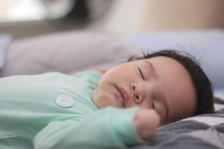 Najważniejszą rzeczą, która ma wpływ na sen waszego potomstwa, jest zaspokojenie jego podstawowych potrzeb. Jeżeli jest nakarmione, przewinięte, ma wygodną