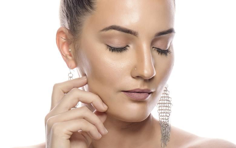 Pryszcze na twarzy czy plecach to problem kosmetyczny, z którym nierzadko walczy się latami. Lepsza cera nie musi jednak pozostawać marzeniem – aby się