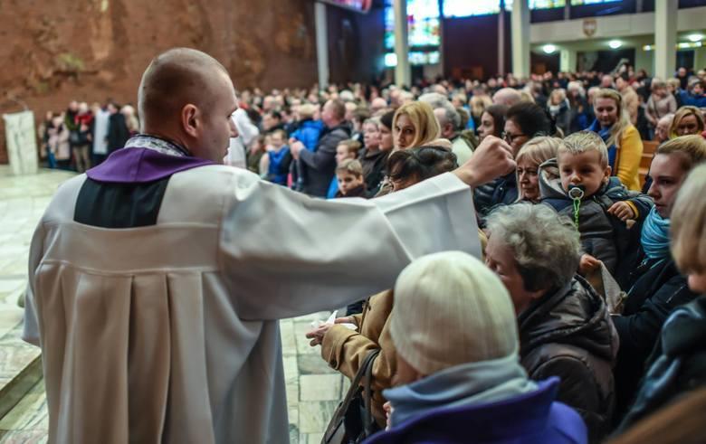 Dziś Środa Popielcowa. Tradycyjny Popielec rozpoczyna okres Wielkiego Postu. W tym dniu w kościołach głowy wiernych posypywane są popiołem. Zobacz dzisiejszy