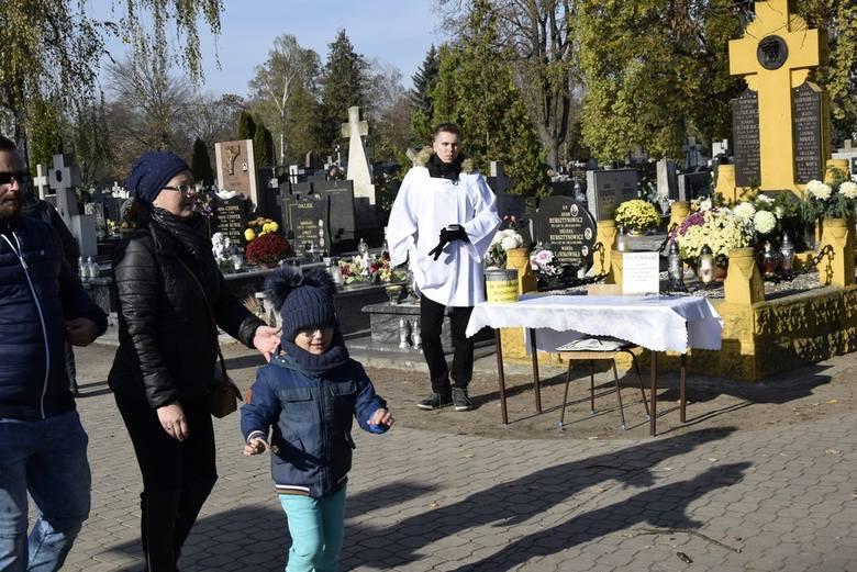 Tłumy skierniewiczan i osób przyjezdnych pojawiły się na cmentarzu św. Józefa w Skierniewicach. Na cmentarzu kwestowali radni oraz inne znane w mieście osoby. Pieniądze zostaną przeznaczone na renowacje nagrobków na zabytkowym cmentarzu św. Stanisława.