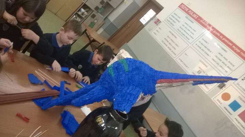 Uczniowie klasy II B z SP 10 w Gorzowie podczas zajęć wspólnie wykonują model szonizaura, prehistorycznego morskiego dinozaura.- Wytrwale pracujemy nad
