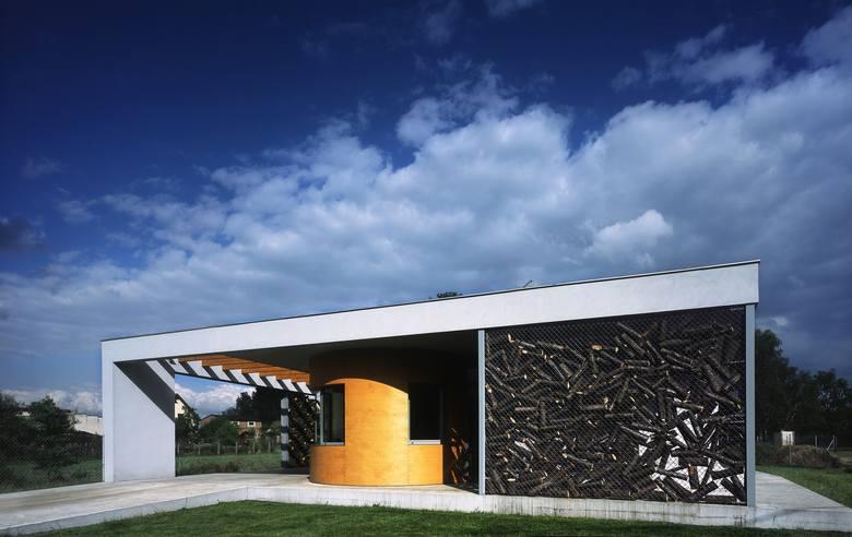 Dom z kapsułą stoi w rudzie śląskiej. Architekt zaprojektował go dla swojej babci i rodziców. Stalowe siatki wokół są osłoną, ale też miejscem, gdzie przechowywane jest drewno.