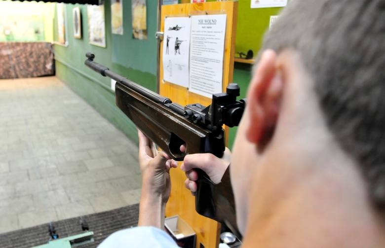 Czy strzelać z broni jest łatwo? Można się o tym przekonać w trakcie wizyty na strzelnicy. To ciekawe doświadczenie i opcja spędzenia wolnego czasu.