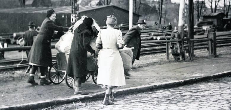 Ludność pochodzenia niemieckiego w obawie przed żołnierzami Armii Czerwonej opuszczała swoje domostwa na Górnym Śląsku w wielkim pośpiechu w styczniu 1945 roku.