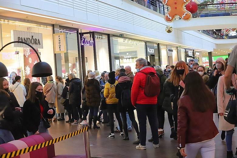 Tak wielu kupujących i spacerowiczów w Manufakturze nie było od wielu miesięcy. Otwarte dziś po przerwie centrum handlowe odwiedziły od rana tysiące