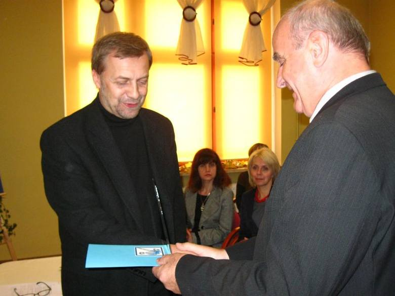 Piotr Zemanek (po lewej) odbiera nagrodę z rąk zastępcy burmistrza Edwarda Łyby.