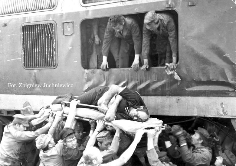 Uczestnicy akcji ratunkowej wydobywali ofiary katastrofy z rumowiska blachy i zmiażdżonych wagonów praktycznie gołymi rękami. Nie mieli odpowiedniego sprzętu