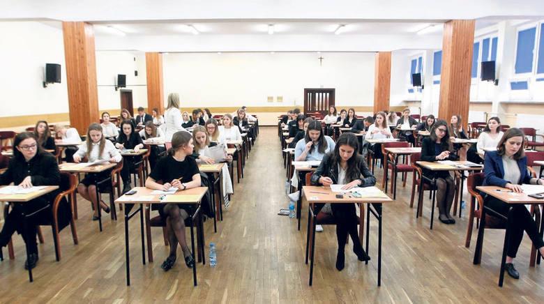 Zdawalność matur w Polsce to 79,5 proc. Prawo do poprawki ma 15 proc., a szansy takiej nie ma 5,5. W regionie wynik jest odrobinę lepszy. Maturę zdało