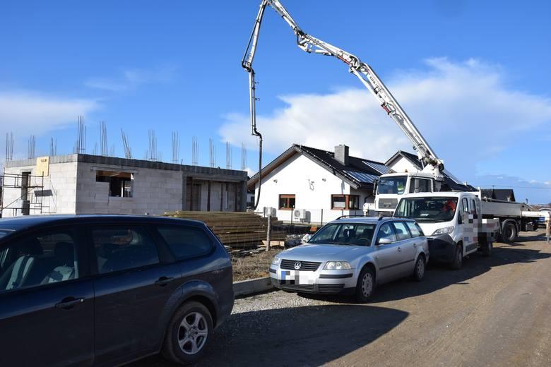 Pod Świeciem na budowie zawalił się strop na dwóch mężczyzn. Lądował śmigłowiec LPR. Zobacz zdjęcia