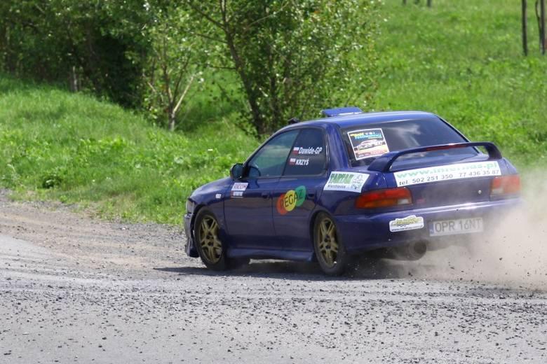 Na trasie rajdu Subaru Impreza, prowadzone przez Dawida Żaka z Automobilklub Opolskiego.
