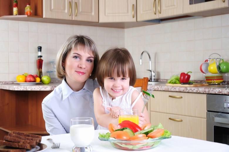 Co jedzą dzieci w naszych szkołach, co kupują im rodzice i ile to ma kalorii - raport Głosu