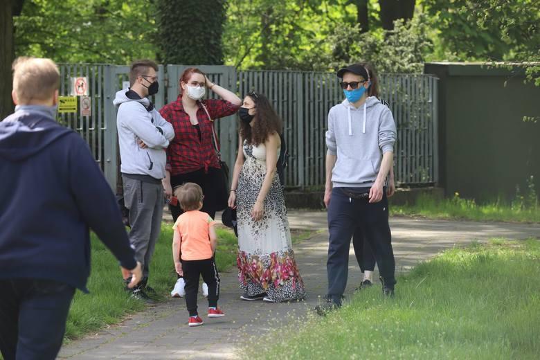 Majówka podczas epidemii koronawirusa? Zobaczcie jak łodzianie spędzali sobotę w ogrodzie botanicznym. Łódzki Botanik jest znów otwarty i zaprasza s