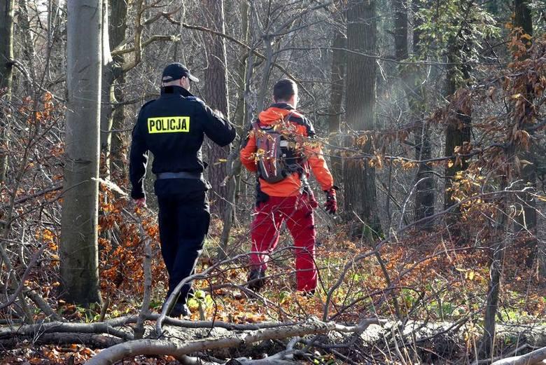 Starszy mężczyzna poszedł do lasu na grzyby i nie wrócił przed zmrokiem. Zaniepokojona rodzina zgłosiła jego zaginięcie. W poszukiwania zaangażowali