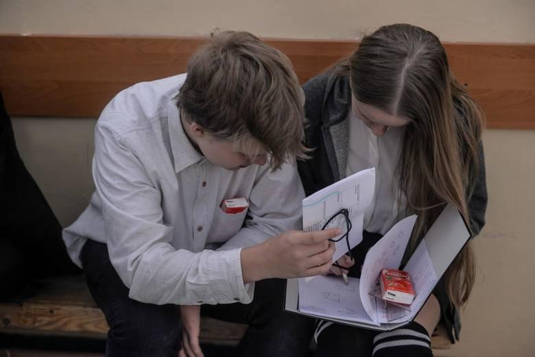 """Egzaminy ósmoklasistów 2019 agnielski. Co było na teście językowym? """"Egzamin z angielskiego był banalny"""""""