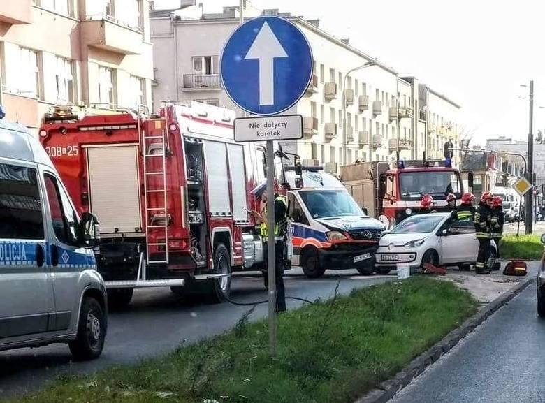 Do wypadku doprowadziła 22-letnia kobieta kierująca karetką, która nie ustąpiła pierwszeństwa volkswagenowi. Lekkich obrażeń doznała 45-letnia kierująca