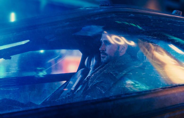 Ryan Gosling jako oficer policji K solidnie niesie na barkach ciężar całej akcji. A trochę musi się nanosić - film trwa 165 minut