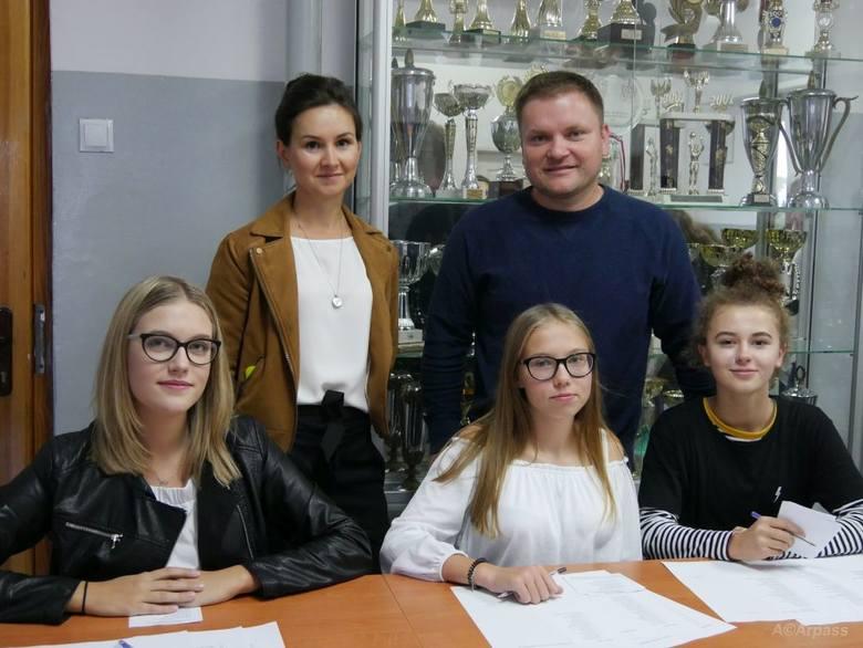 Organizatorzy akcji: Rafał Sucherman i Katarzyna Lepla z komisją wyborczą.