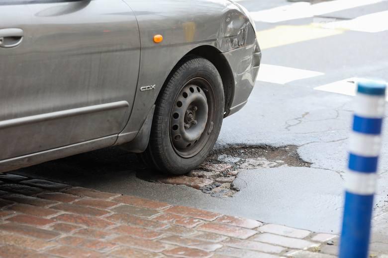 Dziury w drogach w Szczecinie. Kierowcy narzekają, a ZDiTM zapewnia, że robi co może