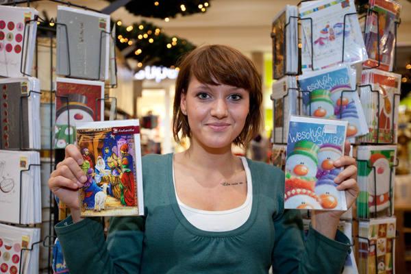 - Co trzeci klient kupuje kartki świąteczne - mówi Monika Smuda, ekspedientka.