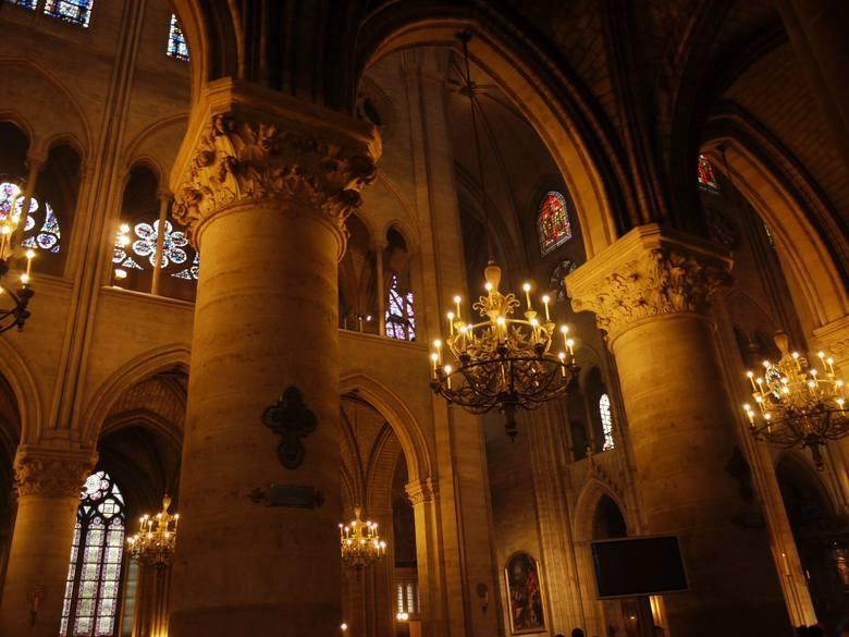 Niedocenianym przez turystów, charakterystycznym elementem architektonicznym dla gotyckich katedr są zewnętrzne wsporniki. Dzięki wyjątkowo lekkiemu,