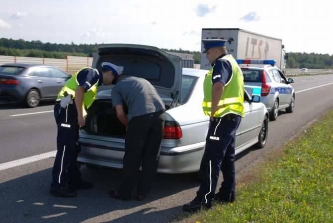 Policjanci przeszukali samochód 28-latka, ale nie znaleźli nic podejrzanego.
