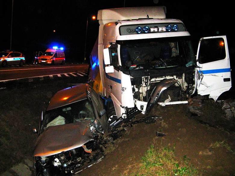 Do groźnego wypadku doszło w poniedziałek w nocy na rondzie w Dobrodzieniu, na skrzyżowaniu drogi krajowej nr 46 z drogą wojewódzką nr 901.