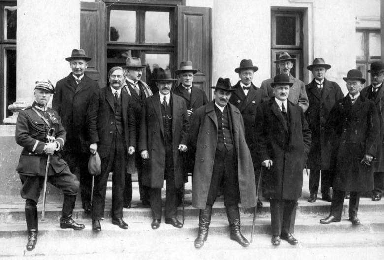 Premier Wincenty Witos (stoi na najniższym stopniu,drugi z prawej) w otoczeniu ministrów. Obok Wincentego Witosa stoi minister skarbu Jerzy Zdziechowski(z