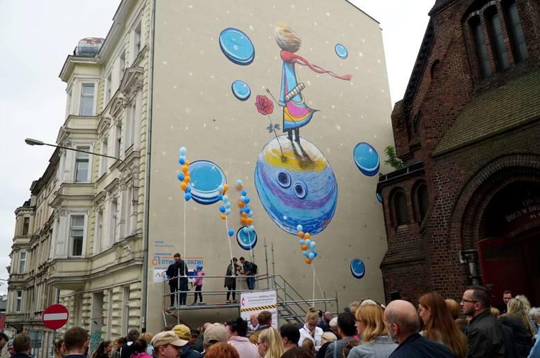 """Poznań wzbogacił się o nowy mural. Ten powstał przy ulicy Ogrodowej. Jego pomysłodawcą jest Stowarzyszenie na Rzecz Osób Niepełnosprawnych """"Otwarte"""