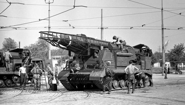 Kompleks rakietowy R-11M Scud-A złożony z wyrzutni 8U218 na podwoziu ISU-2, Warszawa 1966 r.