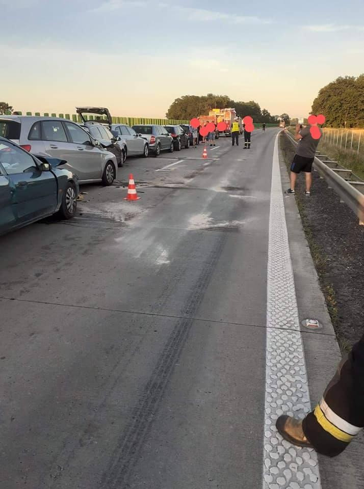 Karambol na autostradzie. Zderzyło się siedem samochodów