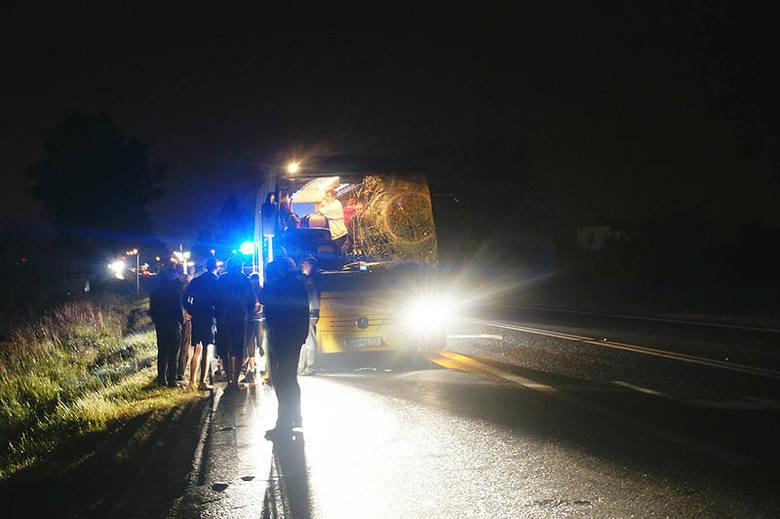 Dzisiaj krótko po godz. 1.00 w nocy w Osielsku (dk nr 5) doszło do groźnie wyglądającego wypadku z udziałem autokaru.