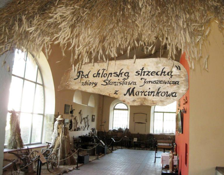 Wystawa zajmuje połowę hali lejniczej muzeum w Starachowicach