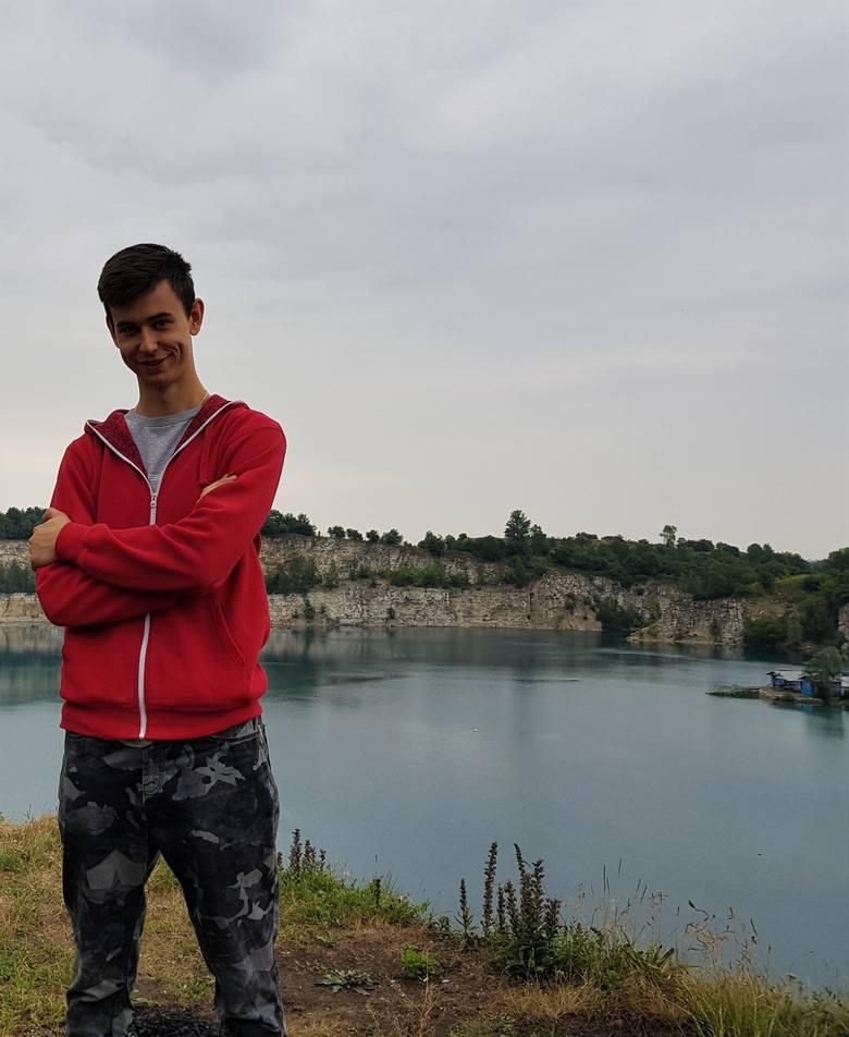 Eryk Haftek (22 lata): Świadome głosowanie<br /> Zmieniające się środowisko międzynarodowe, jak i sama globalizacja, postawiły patriotom zupełnie nowe zadanie i role społeczne. Nikt nie wymaga dzisiaj chwytania za broń i walki z wrogiem, którego słuchając części sceny politycznej, można rzekomo...